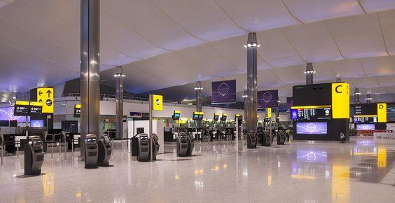 کیوسک لمسی راهنمای مسیر استفاده شده در فرودگاه