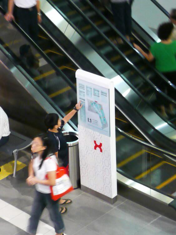 کیوسک لمسی راهنمای مسیر در فرودگاه